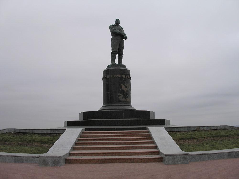 Памятник легендарному лётчику-испытателю Чкалову